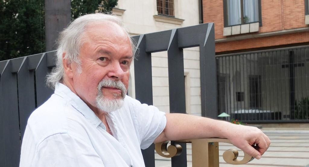 Jan Brabenec držící otevřenou hlavní bránu pražského Karolina.